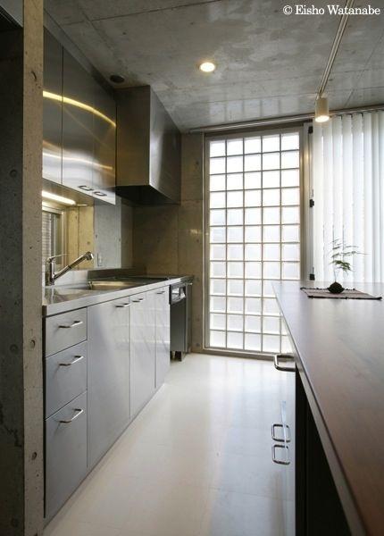 ガラスブロックより光を取り入れるキッチン(『I・K邸』コンパクト&機能満載の住まい)- キッチン事例
