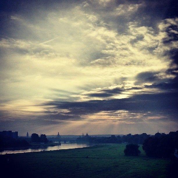 Trübes Wetter wie heute kann auch sehenswerte Seiten haben...ein Beweis ist dieses Bild mit Blick auf Dresden und die Elbe
