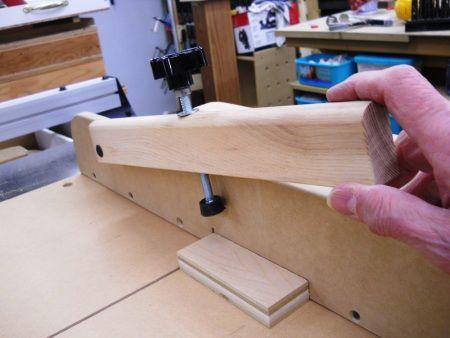 Improved Crosscut Sled Down-pressure Holder / Poussoir de serrage amélioré pour plateau à tronçonner