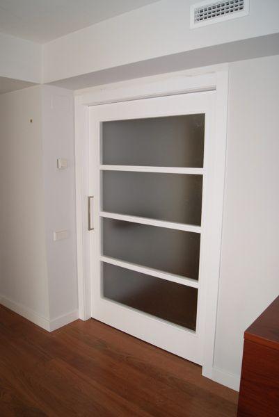 Puerta lacada blanca con vidrio mate