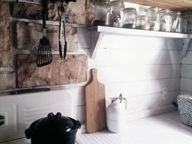 #キッチン #石壁 #ログハウス #ペイント #北欧 #IKEA #セリア #ガラス保存容器 #カッティングボード #土鍋