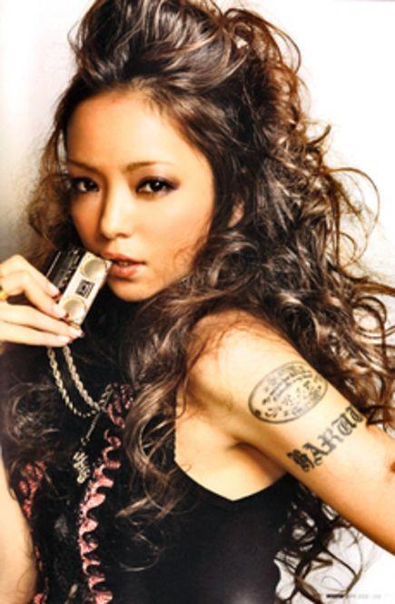 動画でレッスン★ 安室奈美恵さんのポンパ風前髪アレンジ | Clipers ... 強めに巻いたロングヘアによく似合う、ゴージャスな盛り髪風ポンパドール。