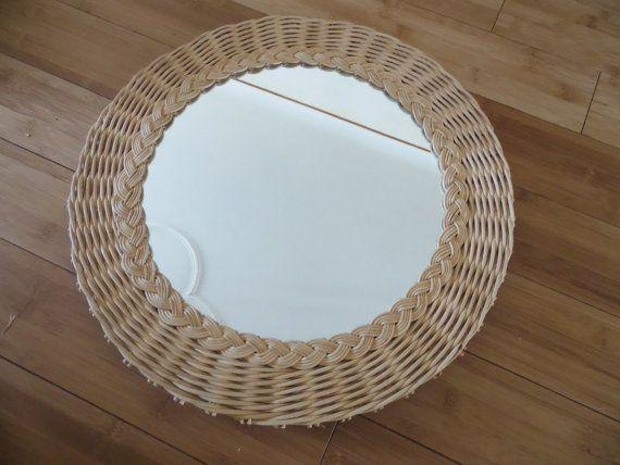 Très joli miroir en osier tressé de couleur naturelle. Pret a suspendre par fil métallique a larrière du miroir. Diamètre total 42 cm soit 16(17/32) inches ; diamètre du miroir 29 cm soit 11(27/64) in.