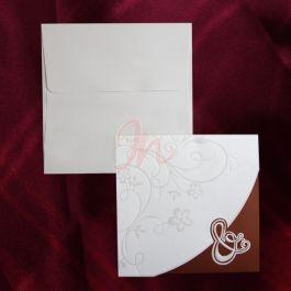 Invitatie din carton crem si bordo ornata cu un design floral perlat, inchiderea facandu-se cu ajutorul semnului & perlat si in relief. Textul se imprima pe un carton separat din interior care se prinde in 2 colturi decupate. Plicul, de culoare crem, este inclus in pret.  #invitatie de #nunta #mirese #miri #invitatii #elegante #originale
