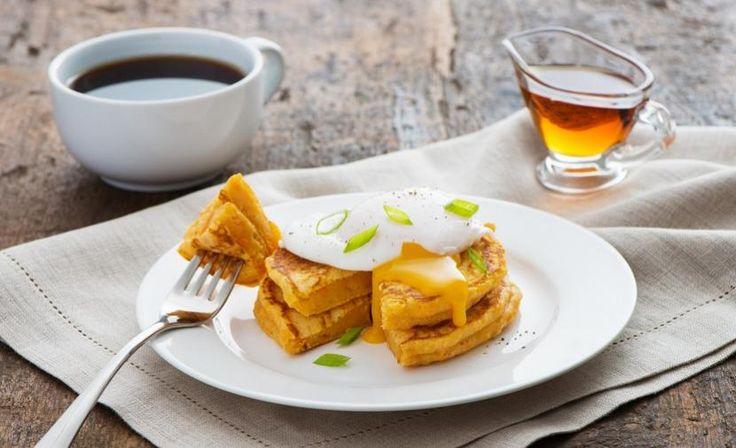 Crêpes aux patates douces avec œufs pochés
