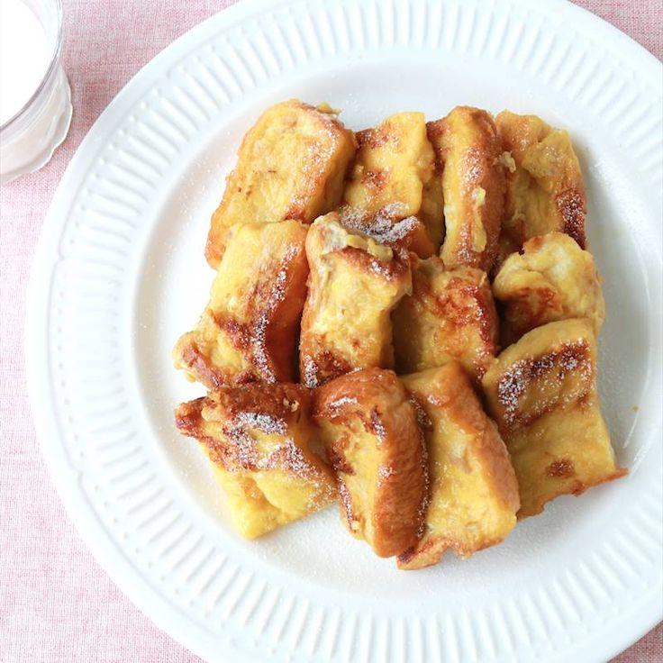 「はちみつバナナのフレンチトースト」の作り方を簡単で分かりやすい料理動画で紹介しています。はちみつバナナ味の、甘くて美味しいフレンチトーストです。卵液を絡ませてレンジでチンすると、パンへの染み込みがグンと早まり時短に成功!甘い香りが部屋中に。朝食にも、おやつにもなるお食事スイーツ、ぜひ作ってみて下さいね。