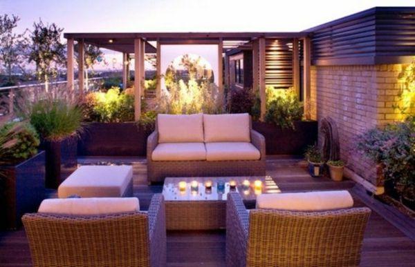 Moderne Terrassengestaltung – 100 Bilder und kreative Einfälle - terrassengestaltung modern lila rattanmöbel kerzen