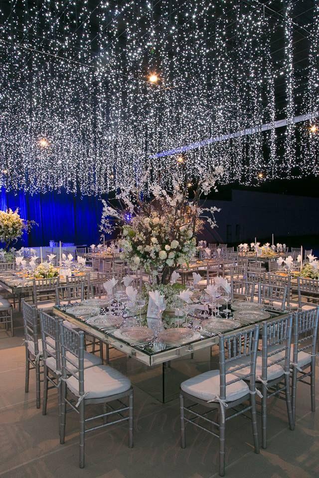 luces colgando en una mesa de boda realizadas por banquetes Ángel Peralta