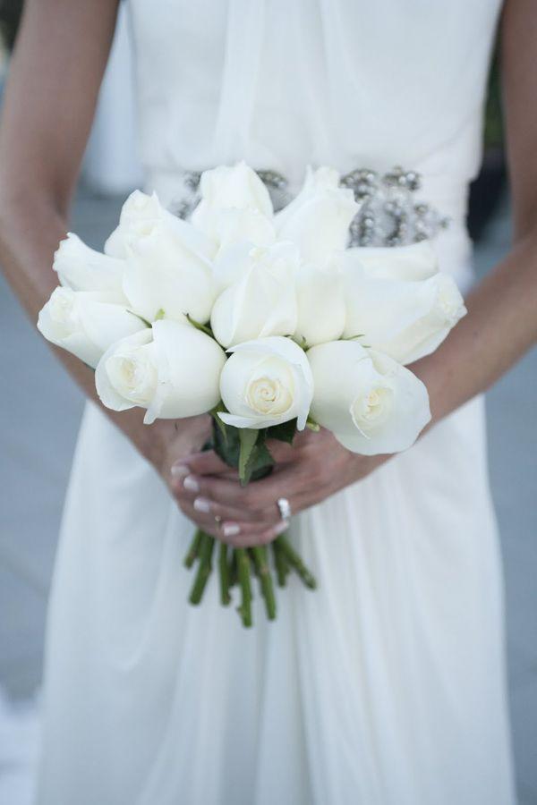 Un ramo de novia hermoso y atemporal en rosas blancas · Foto, ©Si! Quiero #bridalbouquet #spain