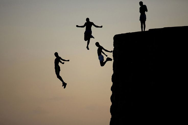 Μικρά αγόρια πηδούν ριψοκίνδυνα στη Μεσόγειο θάλασσα από το αρχαίο τείχος που περιβάλλει την παλιά πόλη της Άκρα στο Ισραήλ.