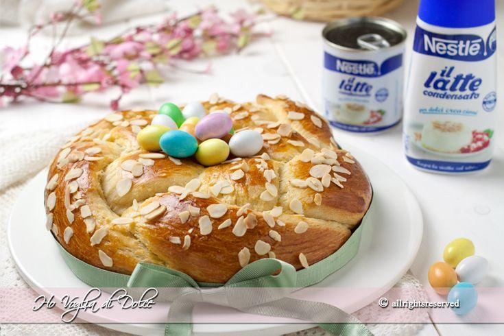 Treccia lievitata con latte condensato, ricetta di Pasqua ideale per la colazione come centro tavola. Facile da preparare e decorata con ovetti al cioccolato