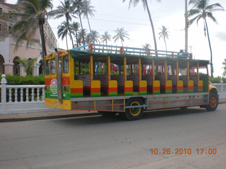 Cartagena - Colombia - Bus turístico con instrumentos musicales para los pasajeros.