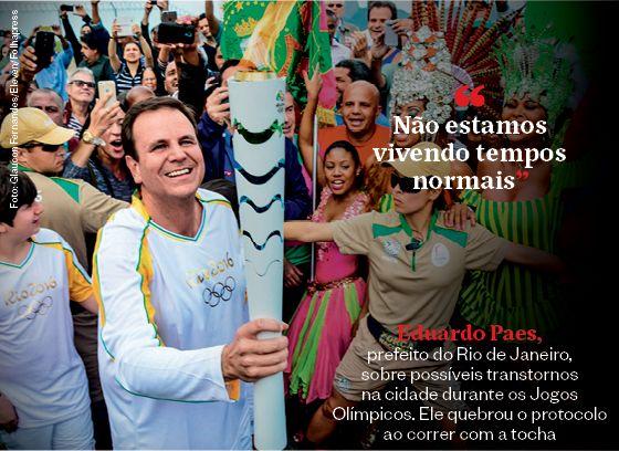 """""""Não estamos vivendo tempos normais"""" - Eduardo Paes, prefeito do Rio de Janeiro, sobre possíveis transtornos na cidade durante os Jogos Olímpicos. Ele quebrou o protocolo ao correr com a tocha  (Foto: Glaucon Fernandes/Eleven/Folhapress)"""