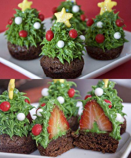 Cupcake pohon natal dengan buah strawberry