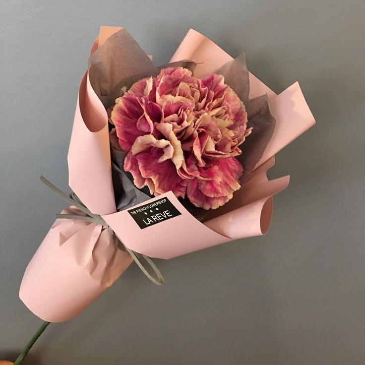 "3,181 Likes, 6 Comments - FRENCH FLOWER SHOP LA REVE 라레브 (@ouilareve) on Instagram: ""꽃을 디자인하다. THE FRENCH FLOWER SHOP LA REVE . . 여자친구와의 나들이 준비물은 마음을 듬뿍 담은 꽃 한송이 꽃모닝 . . #라레브 #LAREVE…"""