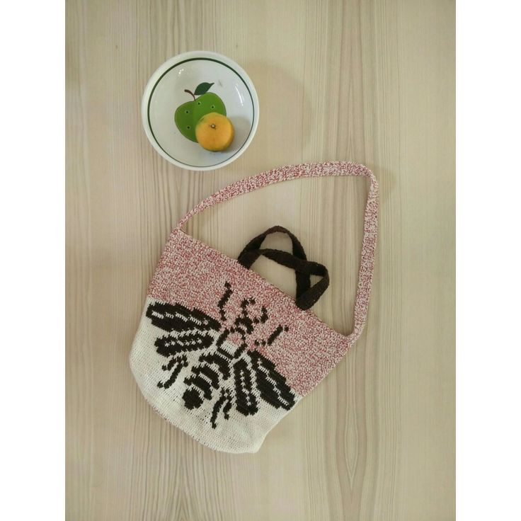Flying with the bee bag 🍏#crochet #bee#bag#handmade #handmadeshop #anma#waitingyourorders