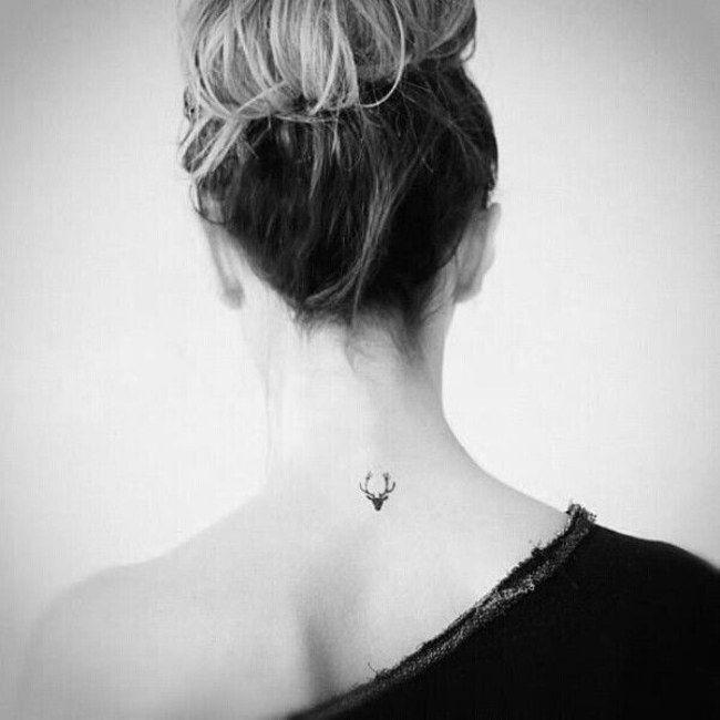 Un mini trophée de chasse ? Le cerf majestueux trône sur votre nuque avec ce petit tatouage très joli