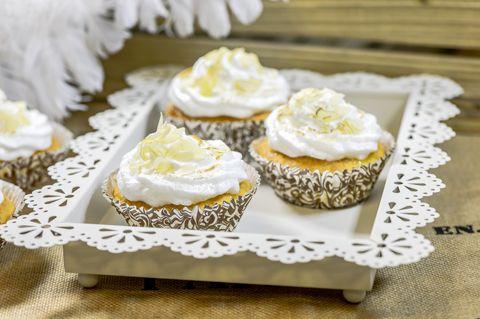 Sitruunan ja marengin liitto on täydellinen. Tunnetun sitruuna-marenkipiiraan lisäksi se toimii loistavasti myös kuppikakuissa. Nämä herkulliset leivonnaiset sopivat korvaamaan myös täytekakun. Kokeile ja ihastu! Marenkiset sitruunakuppikakut