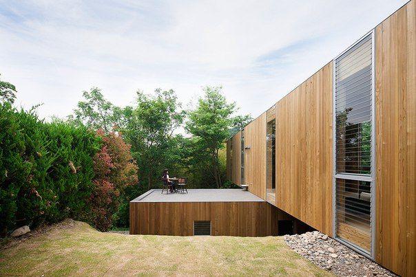 Удивительный нависающий над лесом жилой дом в Японии Чего только сейчас не выдумают архитекторы, чтобы порадовать глаз заказчика и нас, сторонних ценителей. Этот необычный дом построен на окраине леса. Он состоит из двух перпендикулярных блоков, которые установлены один поверх другого, причем верхний значительно смещен и просто нависает над деревьями. Снизу представлены две спальни и ванная комната, а на верхнем этаже дома расположены кабинет, гостиная, столовая и кухня. В этом доме можно…