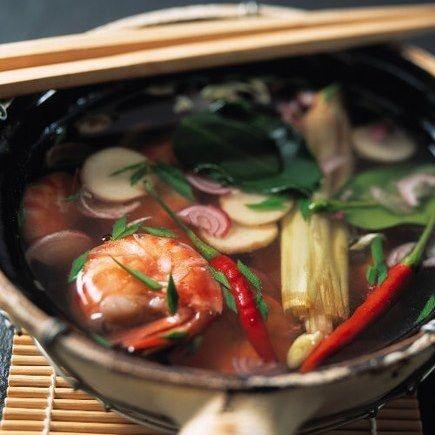 Fondue chinoise : de la viande, des crustacés coupés en lamelles, des légumes cuits dans un bouillon brûlant, très parfumé.. Il y a de quoi se régaler avec ce classique de la cuisine chinoise.