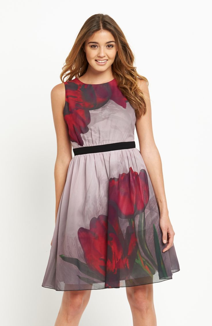 Krátke šaty od značky Little Mistress z ľahkého a vzdušného materiálu s krásnou kvetinovou potlačou. Model bez rukávov so zvýrazneným pásom a zapínaním na zips vzadu. Dĺžka cca 91 cm.