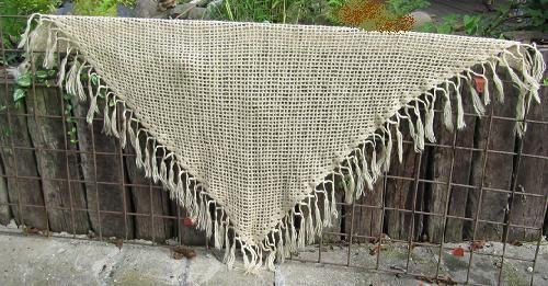 háčkovaný šátek Šátek háčkovaný z polomoherové příze zahraniční výroby. Je hřejivý lehký a modní. Hodí se jak na krk ,tak přehodit přrs ramena.