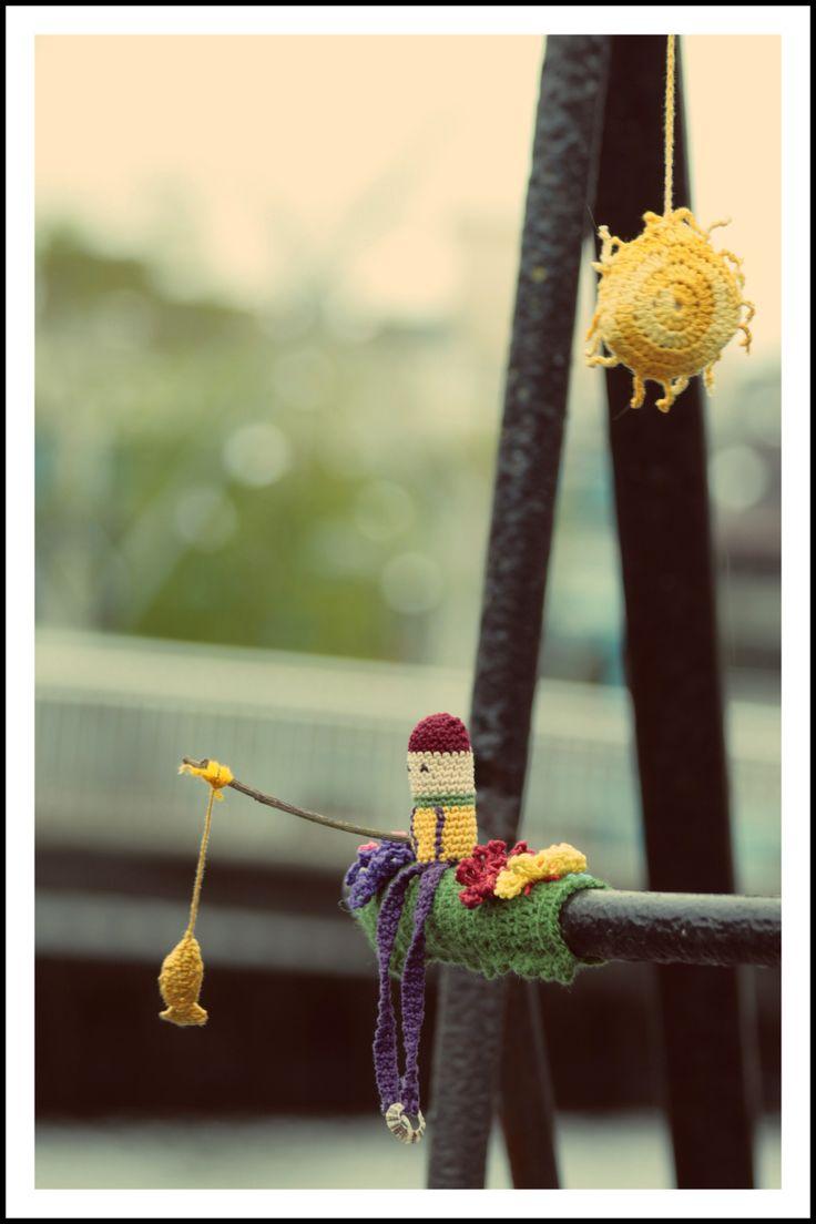 guerrilla knitting http://restreet.altervista.org/guerrilla-knitting-la-street-art-delle-casalinghe/