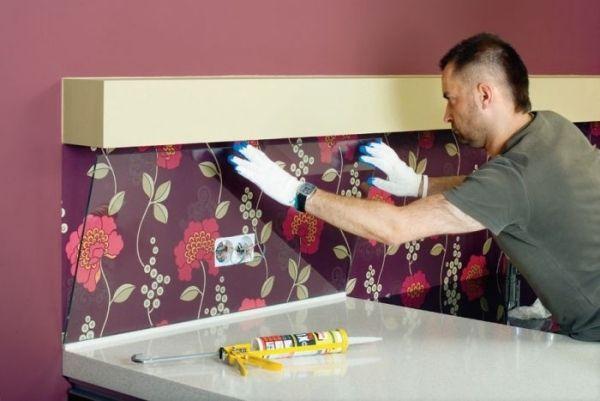 Kücherückwand lila mustertapete blumen glasscheibe dekor
