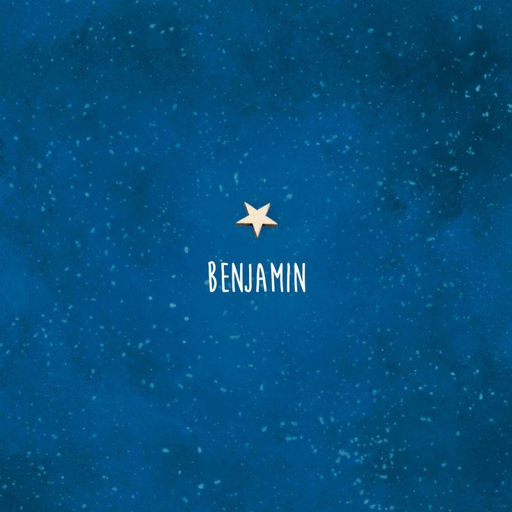 Dit mooie, rustieke geboortekaartje krijgt karakter door een echt houten ster. Met de aquarel achtergrond donkerblauw als een nachtelijke hemel vol sterren   geboortekaartje jongen   uniekkaartje.nl
