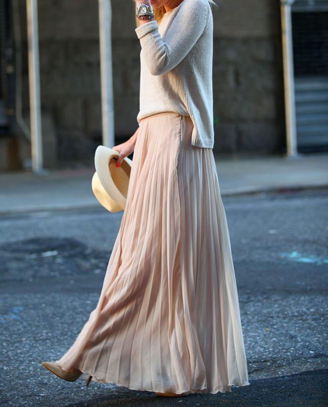 パステルピンクのロングプリーツスカートにライトグレーのニットを合わせた大人可愛いコーデ。
