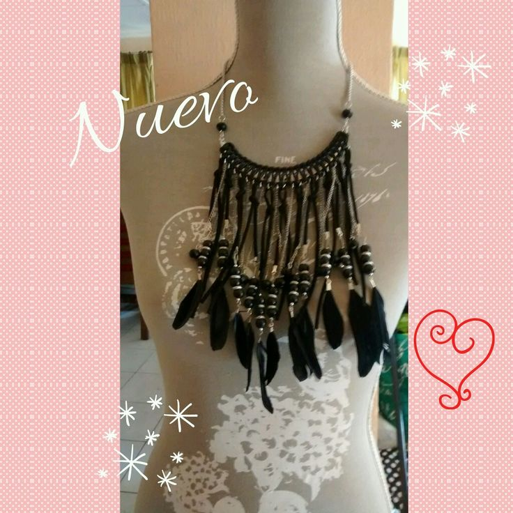 Collar Hippie Chic de color negro con plumitas y cueritos colgante