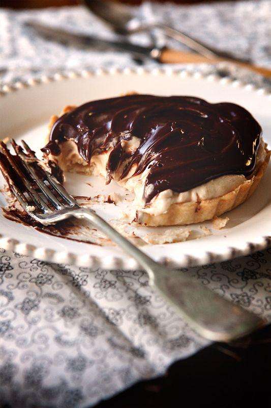 тарт с муссом из арахисовой пасты и шоколадным ганашем