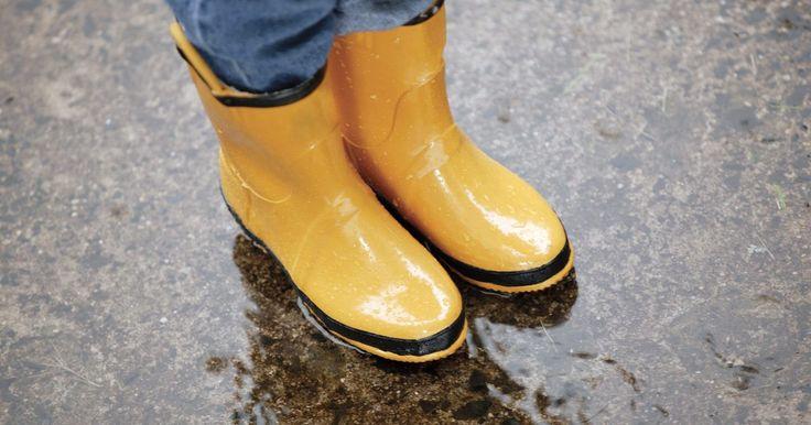 Como limpar botas de borracha . Usar botas de borracha pode parecer fora de moda para algumas mulheres, mas não para aquelas que amam esse estilo. Mulheres usam botas de borracha ou botas wellington na chuva para trazer um colorido a suas capas de chuvas e manter seus pés secos. Se você está preparada para sair das botas de borracha amarelas e entrar na tendência de botas ...