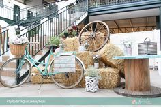Decoración rústica para boda con bicicleta, alpacas de paja y bobina de cable. Rustic decoration for weddings