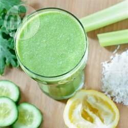 Smoothie met appel, boerenkool, komkommer en spinazie