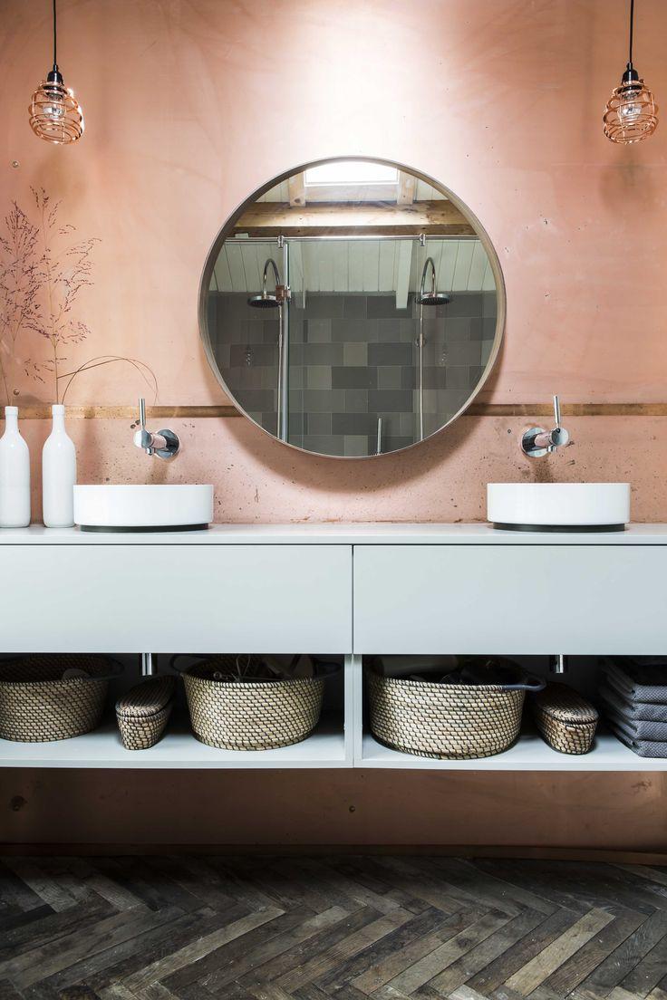 Badkamer, koper achterwand, wastafelmeubel, alape wasbak, ronde spiegel   Diana van den Boomen