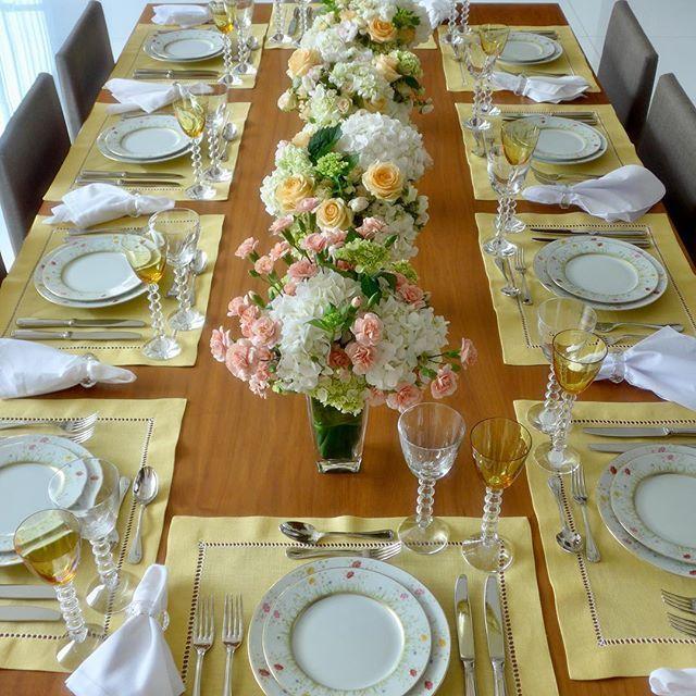 A primeira mesa do ano trás leveza, doçura, romantismo e muita luz. As rosas (minhas prediletas) hortênsias e ranúnculos pelas mãos da Fê @fernandaeflores estão em total harmonia com a jogo de jantar Limòges e taças Baccarat da @presentesmickey concordam? Jogos americanos de linho em ponto ajour da querida Fátima @artenamesa1  #tabledecor #tablesetting #tabletop #mesaeflor #mesaposta #mesachic #mesalinda #mesadecor #mesacompleta #chezmarina
