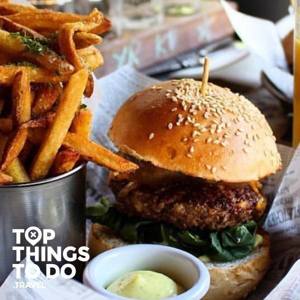 Mejores lugares de Santiago para comer hamburguesas - Comer y Beber - Hamburguesas, simples, complicadas, gigantes, no importa, las amamos. Acá encontrarás los mejores lugares para devorarlas en Santiago.