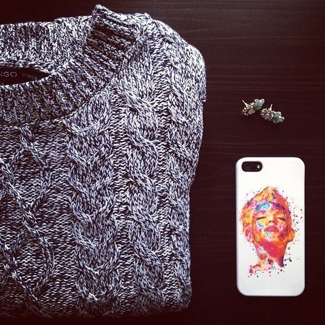 Cozy sweater and a touch of elegance for Claudia Ceccacci from The Fashion Sale #twentyfiveseven #Marilyn #case
