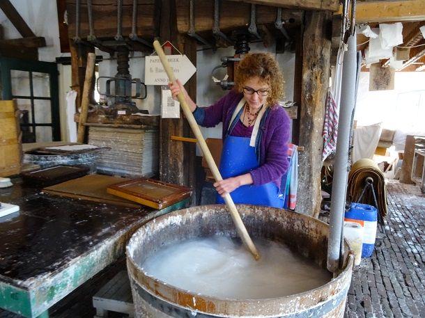 Marjan Smit aan het werk in de papiermolen de Middelste molen