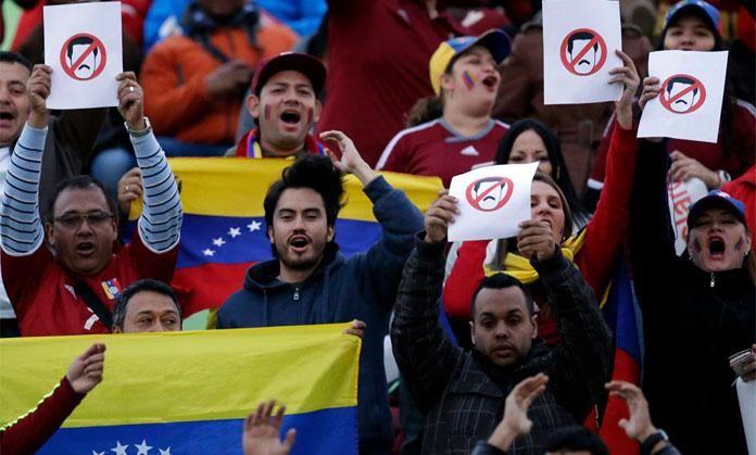 En fotos, venezolanos protestan contra el Gobierno en partido de La Vinotinto - http://goo.gl/psdfS9 |