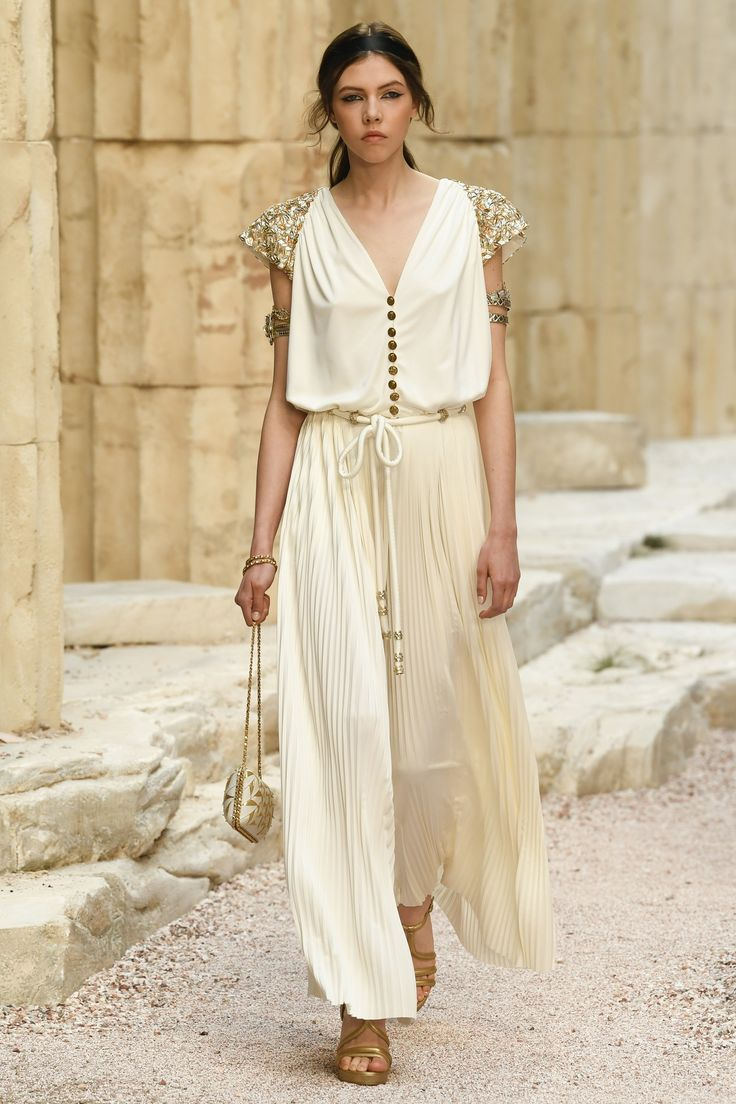 http://www.vogue.com/fashion-shows/resort-2018/chanel/slideshow/collection