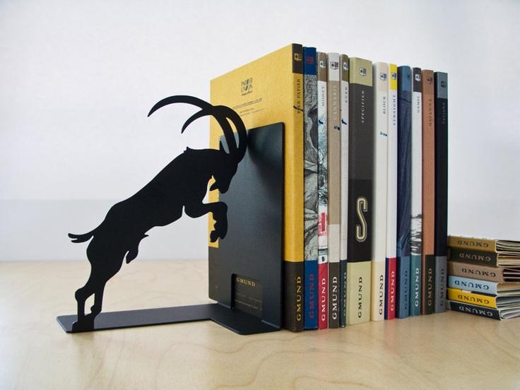 Podpórka do książek Stubborn Goat to oryginalny dodatek, który w oryginalny sposób ozdobi domową kolekcję książek. Praktyczne akcesorium, tak jak większość produktów Pulpo, zostało wykonane z lakierowanej stali. Szpaler lektur podtrzymuje uparty kozioł, który ani na krok nie ustąpi kilogramom dobrej literatury. Dodatek dostępny jest w szeregu wersji kolorystycznych na FabrykaForm.pl