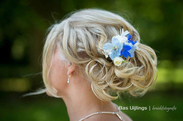 Een alternatief voor het traditionele boeket: een aantal losse bloemen in het haar gestoken.