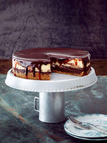 Schicht für Schicht zum Glück: Crunchiger Keksboden, Schoko- und Vanillekäsecreme, Karamell und obendrauf Schokolade. Lecker!