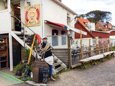 """Ett mellanting mellan en fantasifull piratskeppslekplats, en görfin göteborgsk fiskebod och en intim familjekrog i en italiensk småbåtshamn. Dessutom är nog Ålabodarna en av de mest genuint pittoreska platserna i Skåne. Vill du hitta alla våra utflyktstips snabbt och enkelt när du är ute och far? Gå in på www.skanesafari.se och """"Lägg till på hemskärmen"""". Länk i bio. #helgashamnkrog https://skanesafari.se/helgas-hamnkrog/ #Helgas hamnkrog # #smultron #skanesafari"""