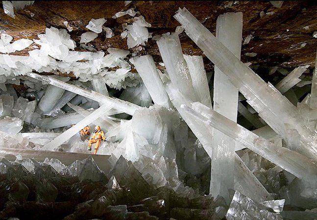 """Geólogos trazem à tona uma incrível e misteriosa maravilha da natureza. Uma gigantescacaverna de cristaisforma o complexo mineiro de Naica, em Chihuahua,no México, explorada pela equipe do programa """"How the Earth Made Us (""""Como a Terra nos moldou"""", em tradução livre),da BBC, uma das poucas no mundo a realizar tal feito. A 300 metros de profundidade, a câmara subterrânea tem dimensões aproximadas de 10 por 30 metros, e contém alguns dos maiores depósitos mundiais de prata, zinco e chumbo…"""