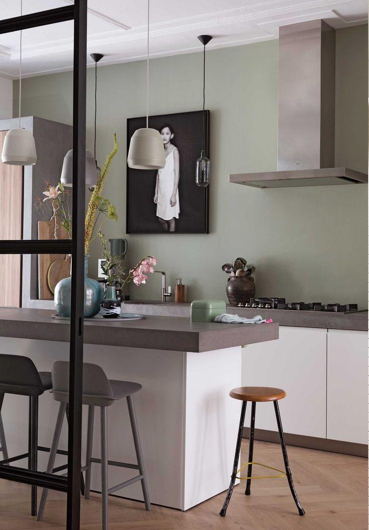 De ruimteindeling en de ombouw in de keuken is een ontwerp van BNLA architecten. Het is op maat gemaakt van mdf afgewerkt met beton ciré. Ook de vloer in de aanbouw is van beton ciré.   Fotografie: Dana van Leeuwen Uit: vtwonen 01-2017