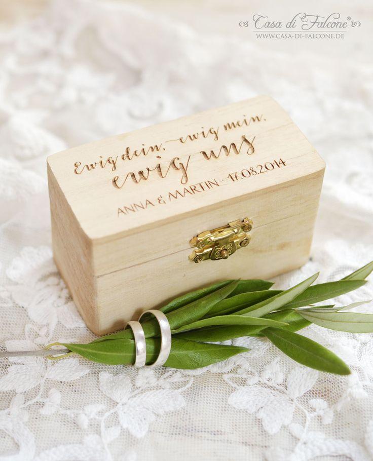 Die rustikale Ringbox aus Holz ist eine wunderbare Alternative zum klassischen Ringkissen.  Per Gravur wird die Holzbox in kalligrafischer Schrift mit Ihrem Wunschtext versehen: ein kurzer Spruch, Name des Brautpaares und das Hochzeitsdatum machen das Ringkissen zu einem persönlichen Detail an Ihrem schönsten Tag!