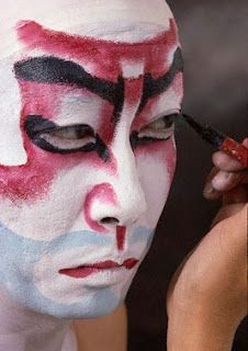 y el kumadori realza o exagera las líneas faciales para producir animales dramáticos o máscaras sobrenaturales para los intérpretes